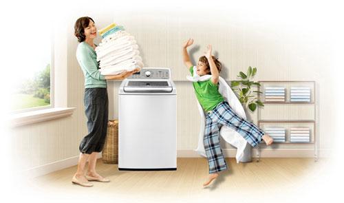 hình ảnh bỏ quần áo vào máy giặt