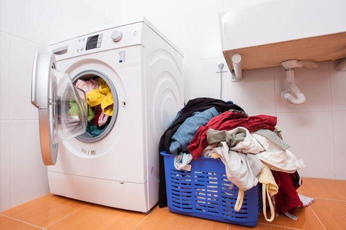 Chú ý đến lượng quần áo cho vào máy giặt