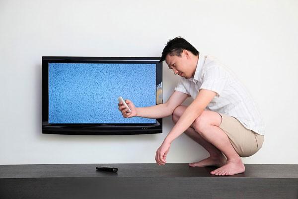 không nên rút dây điện tivi quá nhiều