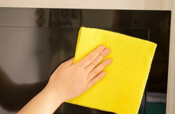 lau màn hình tivi bằng khăn mềm và khô