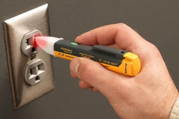 dùng bút thử điện kiểm tra ổ cám chuyển đổi có bị rò rỉ điện không