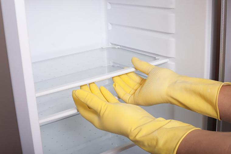 tháo khay đựng đồ trước khi vệ sinh tủ lạnh